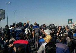 فیلم؛ درگیری شدید کارگران با مزدوران رژیم