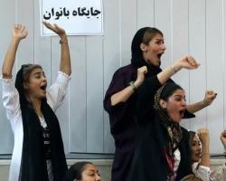 ورود زنان به ورزشگاه؛ رژیم عقب نشینی کرد