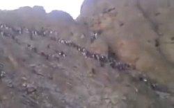 عبور افغانها از کوه برای ورود به ایران؛ در بسته؟+فیلم