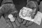 منبع داخلی: ایرانیها در حال غرق شدن در باتلاق فقر هستند